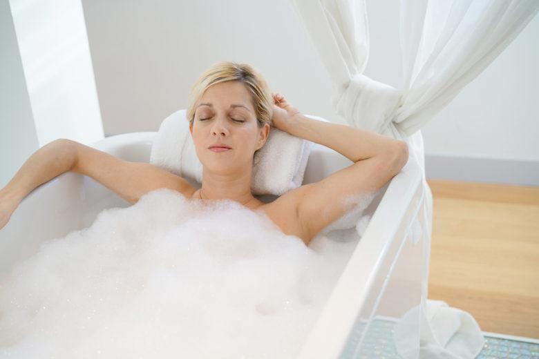 泡風呂に入る女性