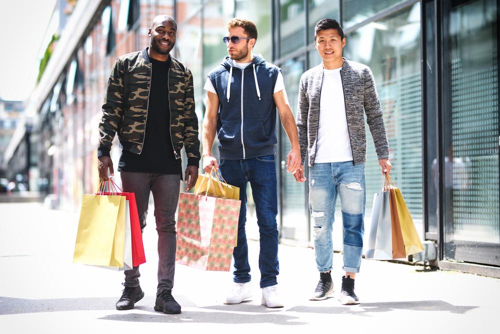 買い物をする男性達