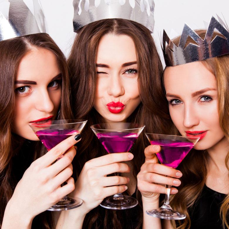 綺麗なお酒で乾杯する女性達