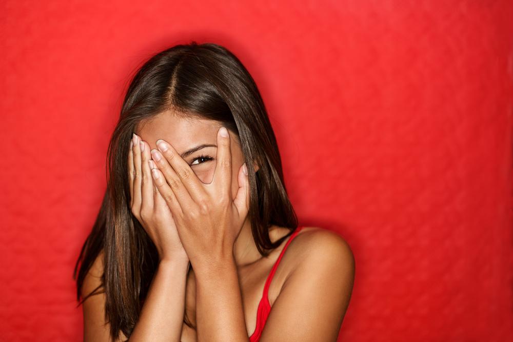 恥ずかしがりの女性画像