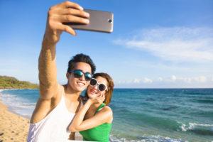 海辺のカップル画像