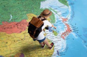 地図を指差す女性