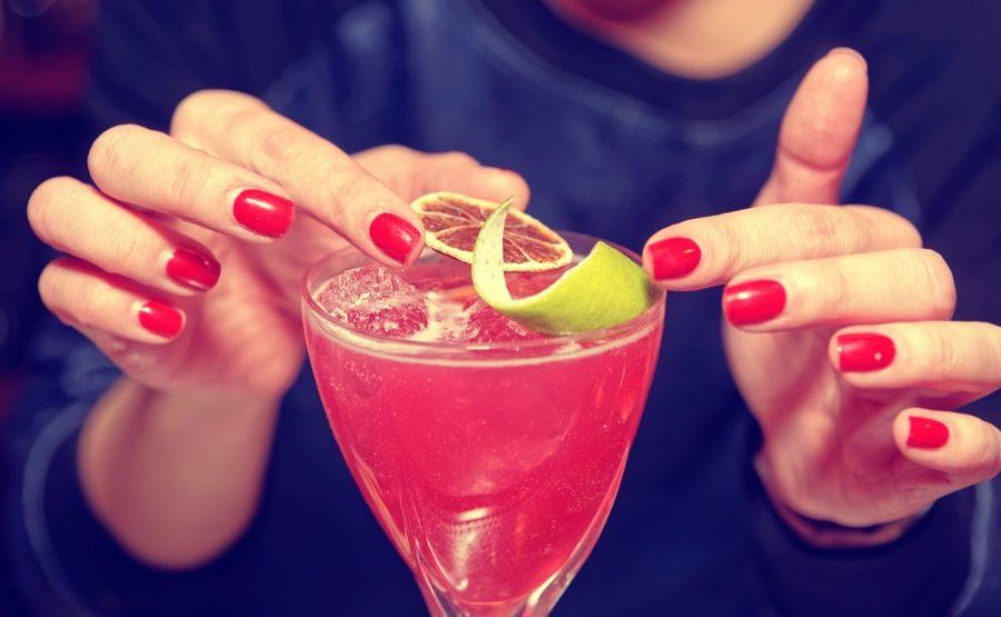 お酒を作る女性画像