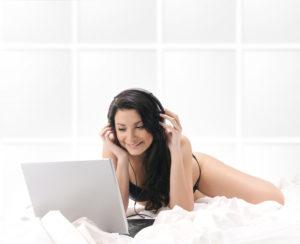 PCでチャットする女性画像