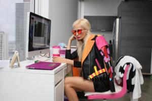 パソコンを触る派手な女性