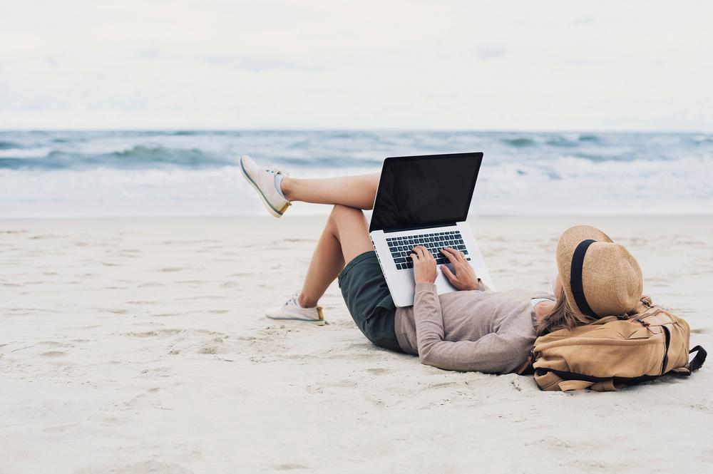 海辺でパソコン画像