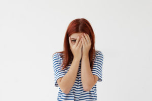 恥ずかしがる女性画像