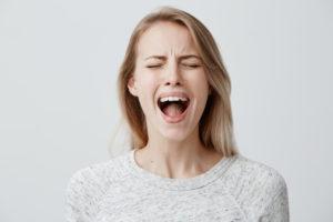 絶叫する女性画像