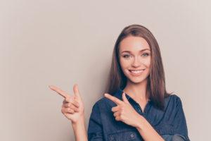 指を指す女性画像