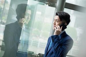 電話する男性画像