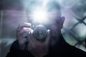 男性とカメラ