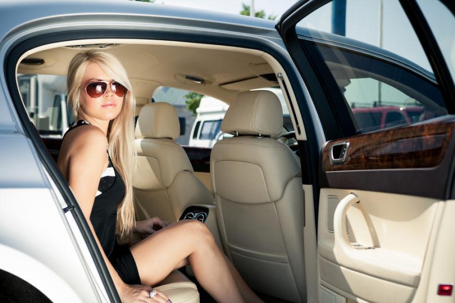 車に乗ってる女性