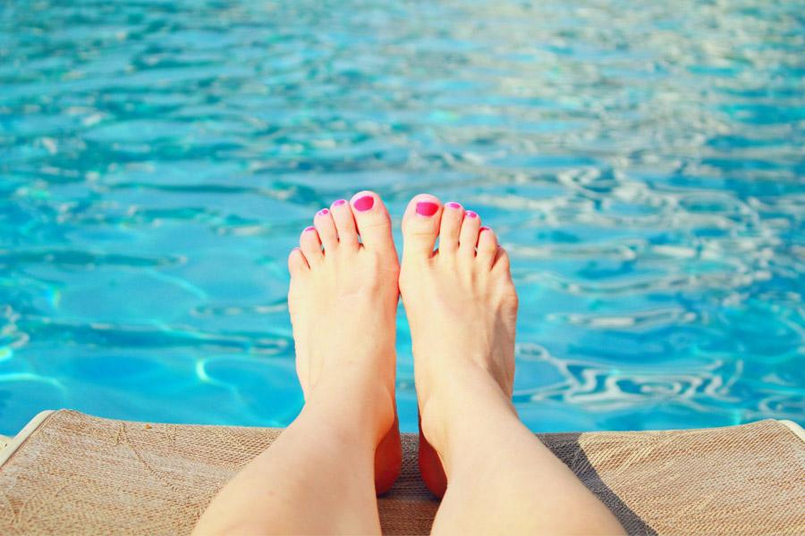 女性の足とプール