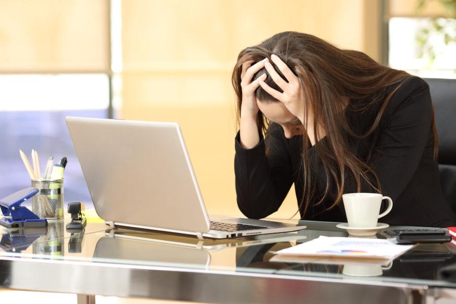 オフィスで悩む女性