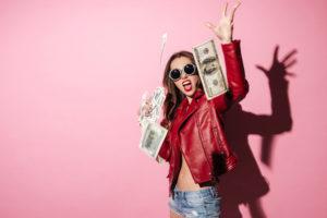 お金をばらまく女性