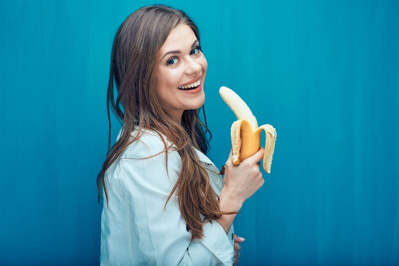 バナナを持つ女性