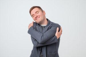 抱きしめる男性