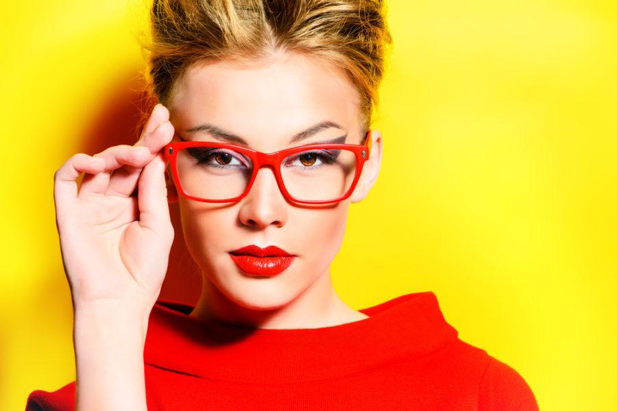 赤縁メガネをかけた女性